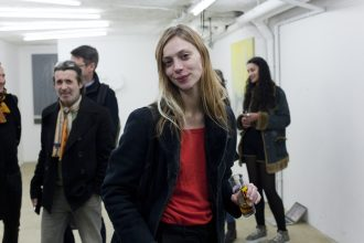 """Emeline Depas, artiste belge et curatrice de l'exposition """"Les sept périls spectraux"""" – photo © Anne Guillaume"""